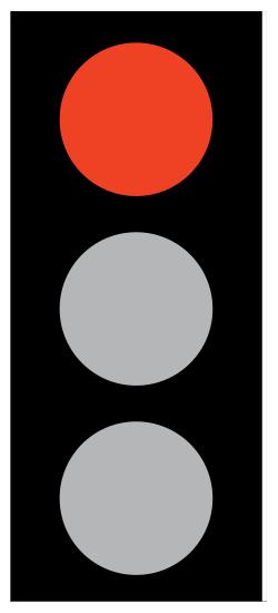 Κόκκινος φανός - Σημαίνει απαγόρευση για κάθε όχημα να προχωρήσει πέραν της γραμμής στάσης ή πέραν του σημείου από το οποίο ο οδηγός μπορεί να βλέπει το φωτεινό σηματοδότη που βρίσκεται στην αριστερή πλευρά του σε περίπτωση όπου η γραμμή στάσης δεν είναι ευκρινώς ορατή ή δεν υπάρχει χαραγμένη στο δρόμο.
